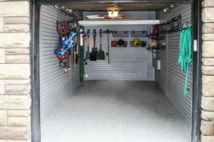 Organización Garaje con colgadores y estanterías.