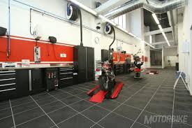 taller de motos con banco de trabajo limpio y ordenado